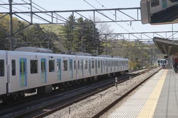 2017年4月23日 13時55分頃、横瀬、奥の引き上げ線に38109Fが移動後に2番ホームを4009F(52席)の下り列車が通過。