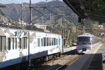 2017年4月23日 14時58分頃、横瀬、左が到着する4009Fの上り回送列車。右は発車した10108Fのちちぶ96号。
