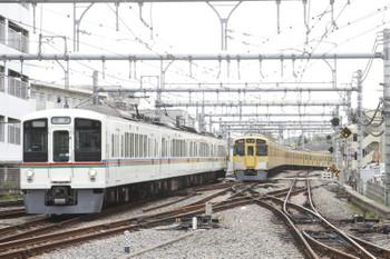 2017年4月27日 9時45分頃、飯能、左が回送されて来た4007F。右は発車した9107Fの2124レ。