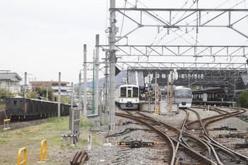 2017年4月27日 11時34分頃、西武秩父、2番ホームに到着した10110Fの ちちぶ91号と秩父鉄道の上り貨物列車。中央は4011F+4019Fの5030レ。