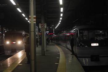 2017年4月5日 18時46分頃、ひばりヶ丘、1番ホームに停車中の10011Fの下り回送列車の横を通過する10107Fの31レ。