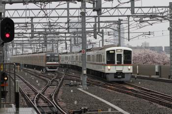 2017年4月8日 7時40分頃、石神井公園、3番ホームへ到着する4011F+4005Fの上り回送列車。