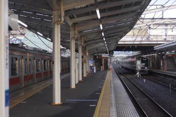 2017年4月12日 5時40分頃、清瀬、電源オフの東急5156Fと2番ホームへ到着する6151GFの上り回送列車。