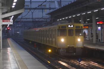 2017年4月18日 5時30分頃、所沢、2番ホームを通過する2033Fの上り回送列車。