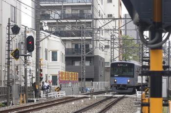 2017年4月25日、高田馬場~下落合、停止した20102Fの2323レ。