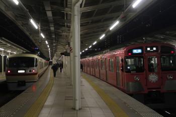 2017年4月30日 19時1分頃、入間市、抑止の10105F下り回送列車と発車した9101Fの快速 飯能ゆき。