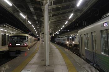 2017年4月30日 19時7分頃、入間市、左から抑止の10105F下り回送、30104Fの急行 飯能ゆき、通過する4009F(52席)の上り列車。