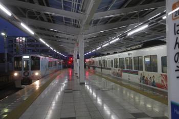 2017年5月4日 18時48分頃、飯能、4番ホームに4009F(52席)の上り列車が到着。2・3番ホームに停車中は4005F+4021Fの5049レ。