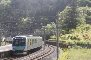 2017年5月5日 8時57分頃、吾野、2番ホームを通過する4010FのS-TRAIN・401レ。