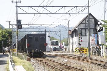 2017年月20日 13時37分頃、長瀞、1番ホームを通過する上り貨物列車と4023Fの回送列車。