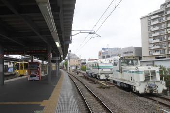 2017年5月7日、東長崎、右側のモーターカーの奥にレール探傷車が止まっています。