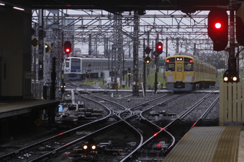 2017年5月10日 5時30分頃、所沢、2番ホームを通過した2047Fの上り回送列車(右)で空いている電留線(W)。