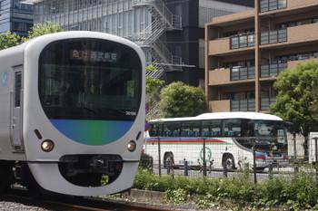 2017年5月11日、高田馬場~下落合、30106Fの2332レと西武バス。