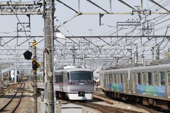 2017年4月4日 10時4分頃、保谷、2番ホームから4番線へ入る10110Fの下り回送列車と通過した9104Fの2123レ。