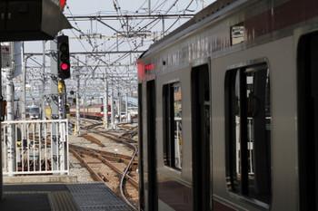 2017年4月4日 10時8分頃、保谷、4番線から飯能方へ発車した10110Fの下り回送列車と2番ホームに停車中の6655レで到着した東急5162F。