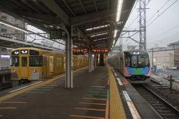 2017年5月27日 5時26分頃、小手指、5204レの2079F(左)と入庫する40101Fの上り回送列車。