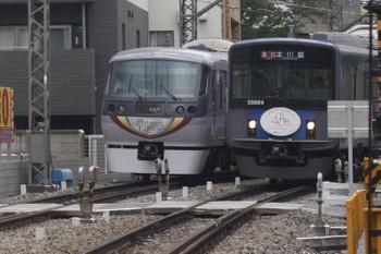 2017年6月1日、高田馬場~下落合、10104F(プラチナ)の120レ(左)と20104F(40周年)の2641レ。