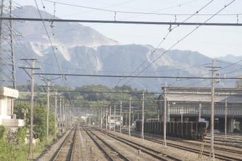 2017年6月19日 17時3分ころ、武州原谷、下り方に牽引機関車がついた貨物列車が待機。下り列車から撮影。