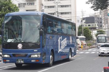 2017年6月9日 12時20分ころ、高田馬場駅近くの新目白通り、西武と富山地鉄と越後交通の高速バスとJR山手線。
