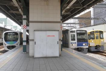 2017年6月19日 10時22分ころ、練馬、遅れて到着する6109Fの1851レと38105Fの5303レ、2069Fの下り回送列車(右)。