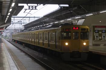 2017年6月29日 5時30分ころ、所沢、2番ホームを通過する2021Fの上り回送列車。横に見えるはS-TRAINの座席指定券の自動券売機。