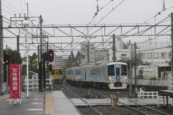 2017年7月1日、東伏見、1番ホームへ到着する4009Fの下り列車。