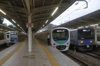 2017年7月30日、入間市、右から20151Fの1002レ、38112Fの2153レ。そして左端が、遅れの1717レ、6155Fが発車。
