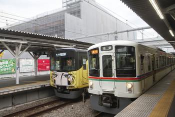 2017年8月12日、所沢、4017Fほかの2002レ(右)と到着する5365レ用の20158F下り回送列車。