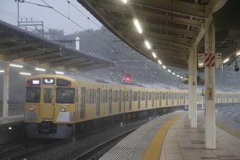 2017年8月19日、入間市、ほぼ定時で発車した2087Fの1002レ。かなり強い雨でした。