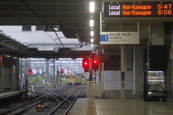 12017年8月20日 5時30分ころ、所沢、2番ホームを通過した2021Fの新宿線・上り回送列車と空いている電留線。