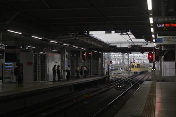 2017年8月29日 5時30分ころ、所沢、通過した2053Fの新宿線・上り回送列車と上りホームの自販機裏にできてた仮囲い。
