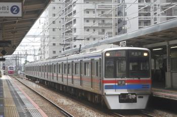 2017年8月13日 11時10分ころ、千葉中央、3838ほかの津田沼ゆき。奥の引き上げ線に折り返し待ちの新京成の車両も見えます。
