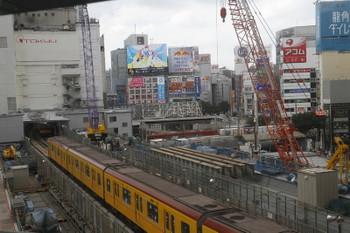 2017年8月27日 12時6分ころ、渋谷、右奥に山手貨物線を走るEH500牽引の貨物列車が見えます。