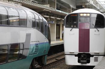 2017年9月8日 8時46分ころ、西大井、215系の下り回送と251系「おはようライナー新宿26号」のすれ違い。