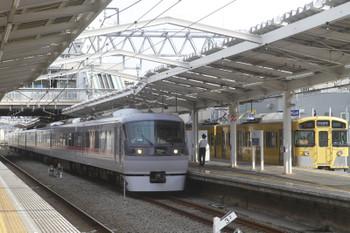 2017年10月1日 13時47分ころ、清瀬、4番ホームに停車中の「同窓会電車」と3番ホームを通過する10110Fの17レ。