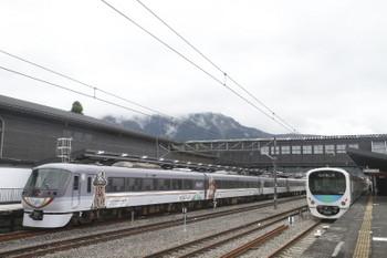 2017年9月23日 13時18分ころ、西武秩父、到着する10103Fの下り回送列車(左)と38109Fの5036レ。