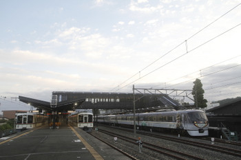 2017年9月19日 5時45分ころ、西武秩父、左から回送されてきた4007F・夜間滞泊の4015F・発車した10103Fの8レ。