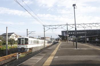 2017年9月19日 7時0分ころ、西武秩父、3番ホームに停車中の4001Fと横を通過する秩父鉄道から直通の4021FのS1レ。