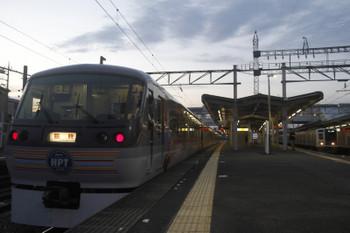 2017年9月19日、西所沢、2番ホームに到着した10109F(ラブライブ)の77レ(左)と6115Fの上り回送列車。