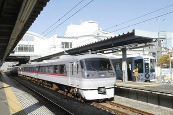 2016年11月26日 10時42分ころ、東長崎、4番ホームに停車する4009Fの上り回送列車を追い抜く特急列車。