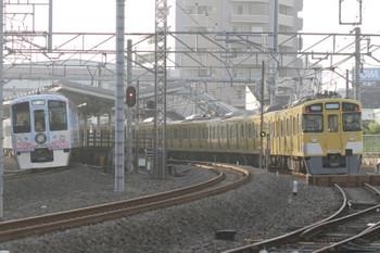 2017年10月9日 6時49分ころ、狭山ヶ丘、夜間滞泊された2465F+2089Fの横を通過する4009Fの上り回送列車。