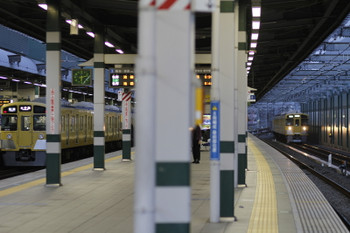 2017年11月11日、練馬、5205レの2071F(左)と2063Fの上り回送列車。