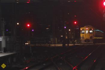2017年11月11日 5時30分ころ、所沢、2番ホームを通過した20207Fの上り回送列車(右)と空いている電留線(E)。