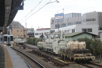 2017年11月19日 10時29分ころ、東長崎、保守用車スペースのトロッコ+モーターカー+トロッコが二組と4009Fの上り回送列車。