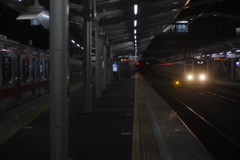 2017年11月28日 5時36分ころ、清瀬、2番ホームへ到着する6158Fの上り回送列車。