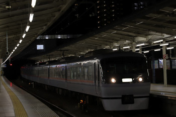2017年12月9日 17時26分ころ、入間市、4番ホームを通過する10107Fの上り鉄コン臨時列車。