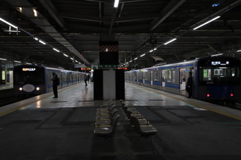 2017年12月24日、所沢、2602レの20104F(左)と5204レの20152F。しばらく前まで工事の仮囲いがあったのでこのアングルで電車は撮れなかったと思います。