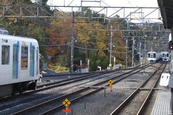 2017年11月11日 13時22分ころ、横瀬、左から展示中の40102F・引き上げ線に入った4019F+4021F・通過した4009F(52席)の下り列車。