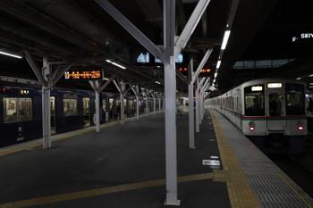 2017年12月30日 18時5分ころ、所沢、9108Fの2159レ(左)を追い抜く4021F+4007Fの下り回送列車。