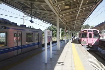 2017年11月3日 10時54分ころ、入間市、発車していく9101Fの2130レ(右)と201151Fの上り回送列車。